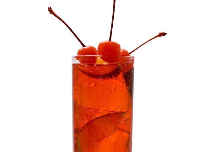 Rosévin är bra som bas i röda eller rosa drinkar. Pynta med hallon, lime, körsbär eller valfri favorit.