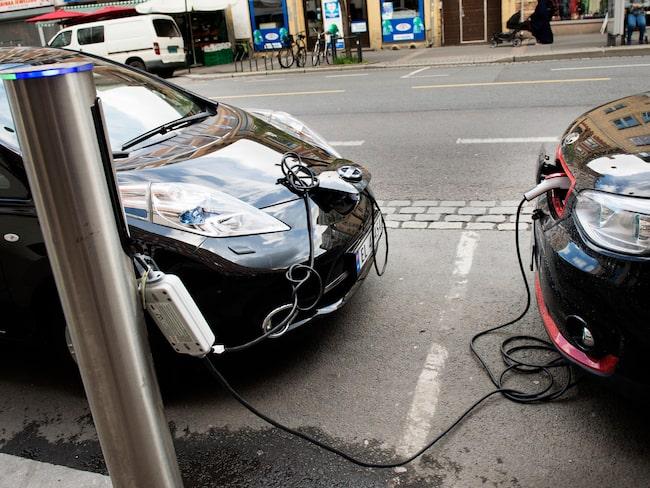 Laddstolpar är fortfarande en ganska ovanlig syn – och dåliga laddningsmöjligheter påverkar svenskarnas vilja att köpa elbil.