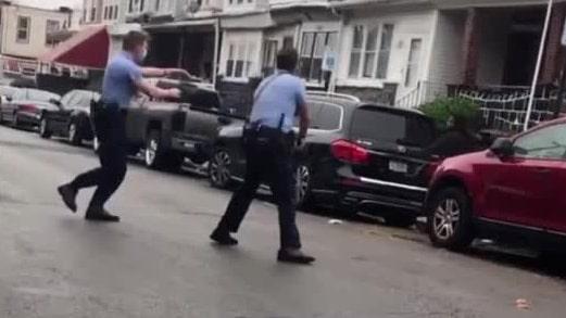 Ung man sköts till döds av polis framför sin mamma