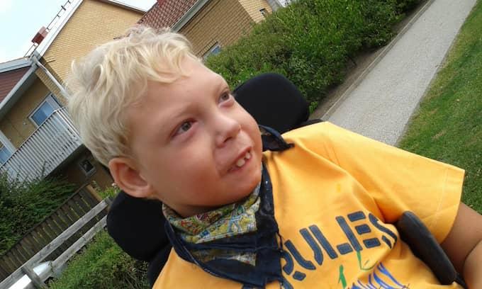 Collin föddes med den sällsynta diagnosen 22q11-deletionssyndromet. Han sitter i rullstol och kommunicerar med kroppsspråk och ljud. Foto: PRIVAT