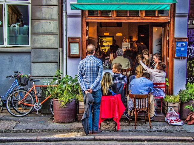 Att umgås på ett kafé med vänner och familj – är typisk dansk hyggekultur.