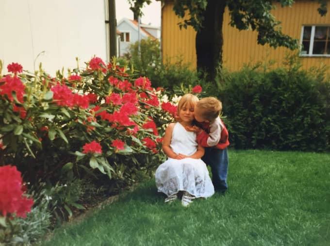 Jim och Simona i trädgården.