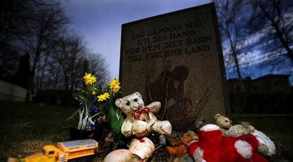 SOM ETT DAGIS I HIMLEN. Barnminneslunden vid Solna kyrka. Foto: Ellinor Collin