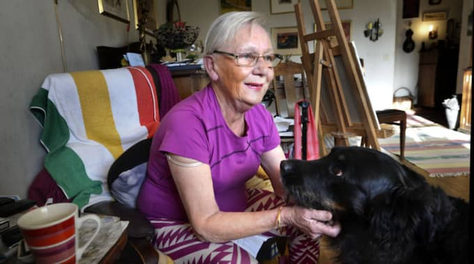 Marika Löbu Navarro med sin älsklingshund Luzia. Marika vårdas i hemmet och behöver hjälp med rastningen av Luzia. Foto: Annika Karlbom/Hallands Nyheter