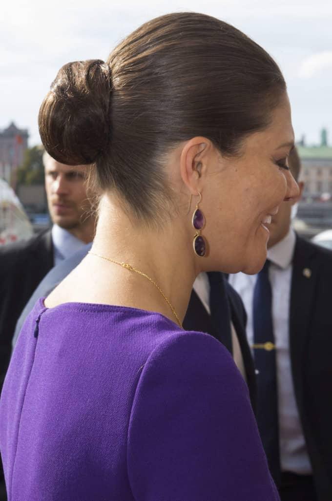 Kronprinsessan Victoria i lila klänning från Prada och ...
