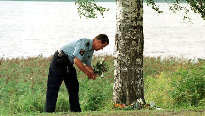 Polis lägger blommor vid platsen där Kevin mördades år 1998. Foto: STEFAN HYTTFORS