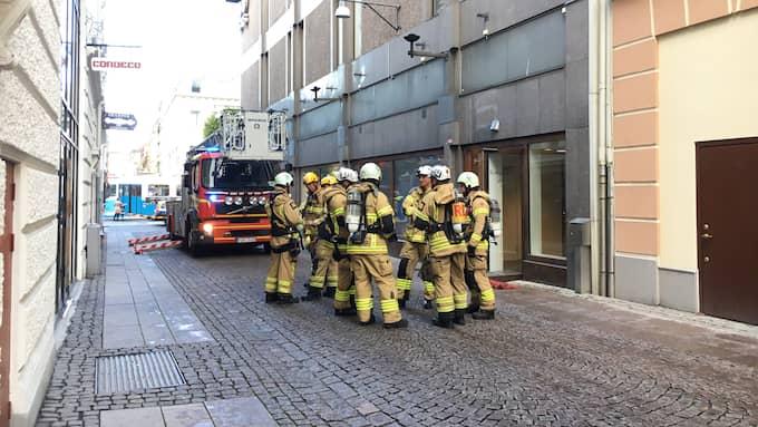 Totalt tio brandbilar har skickats till NK-huset. Foto: Lovisa Waldeck