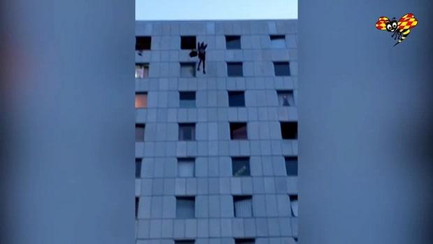 En man hoppade fallskärm från 13-våningshus i Solna