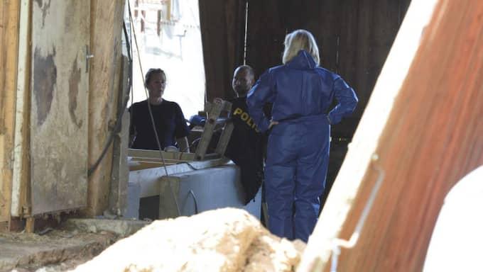 Teknikerna började gräva i ladan där de tidigare gjort fynd. Foto: Anna Svanberg