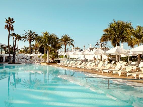 Priserna på solresor till länderna vid Medelhavet väntas stiga efter midsommar. Just nu finns stora möjligheter att hitta en schyst resa till ett bra pris. På bild Sunprime Atlantic View, Gran Canaria.