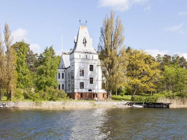 Här är Villa Björkudden som ligger ute i Stockholm skärgård. Nu är huset till salu för 8,5 miljoner kronor.