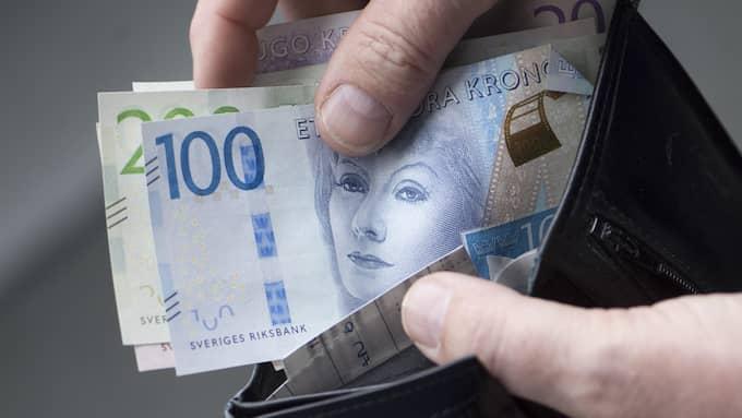 Det blir lite mer över i plånboken för pensionärerna från och med nästa år – men det mesta äts upp av höjda hyror och högre livsmedelspriser. Foto: Fredrik Sandberg / TT NYHETSBYRÅN
