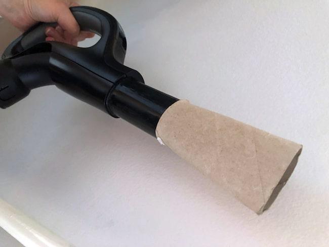 Då ska du testa en tom toapappersrulle! Dels skyddar det mjuka materialet från att ge repor...
