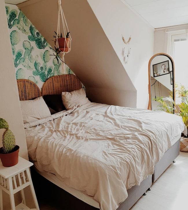 """Sovrummet är sparsamt möblerat. """"Inget krusidull. Enkelt inrett för att inte ge för mycket intryck inför natten"""", säger Hanna."""