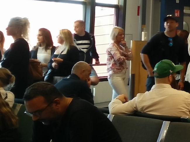 189 pasagerare på väg till Portugal har väntat på Arlanda sedan lördagseftermiddagen på att det kraftigt försenade planet ska lyfta.