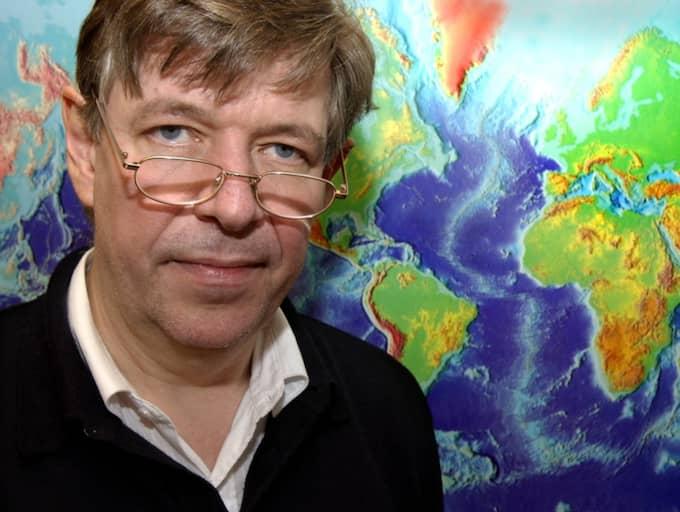 Seismologen Reynir Bödvarsson, vid Uppsala seismologiska institut, tycker att dammarna ska undersökas efter det kraftiga jordskalvet i Bottenviken. Foto: Anna Hållams