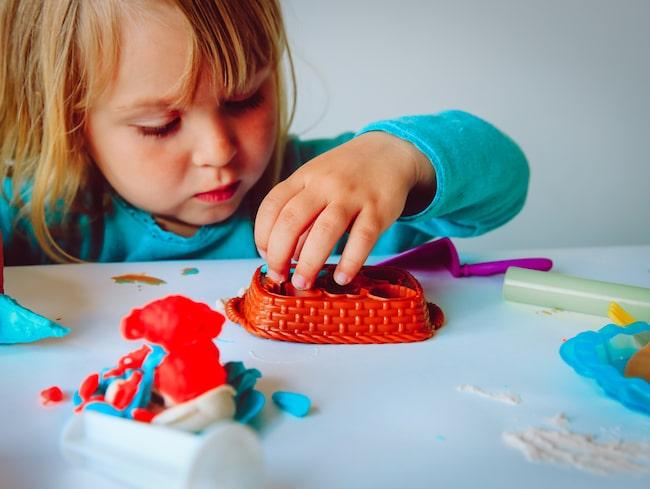 Forma gubbar, bygga och mosa ihop leran. Eller baka tårtor och laga mat med leran och mata sina leksaksfigurer med är något som många barn tycker är en rolig lek.