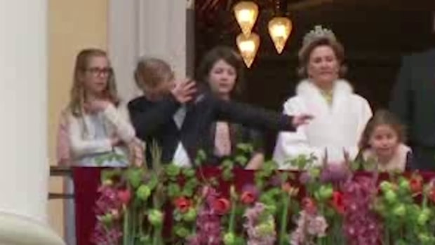 Se när prinsen gör den populära gesten