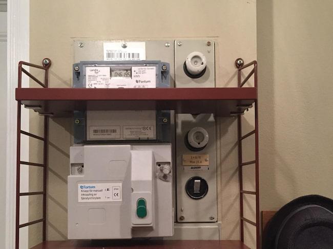 Ett säkringsskåp installerades när hallen renoverades. Säkringarna döljs bakom en lucka, men själva elmätaren är inte lika lätt att dölja.