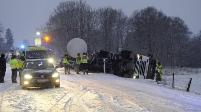 På väg 19 i Tomelilla kanade en lastbil över i fel körriktning. Vägen stängdes av under det efterföljande räddningsarbetet. Foto: Anders Gronlund
