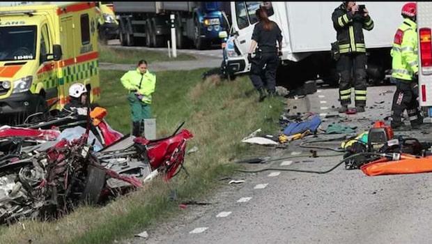 Två personer allvarligt skadade efter krock med lastbil