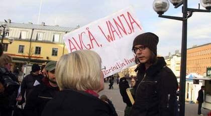 """Plakat med texter som """"AVGÅ, WANJA"""" mötte LO-ordföranden i Umeå. Foto: STINA SANDBERG"""