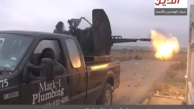 En rörmokare stämmer en bilhandlare på en miljon dollar. Firmabilen han sålt dök plötsligt upp hos terrorister i Syrien.