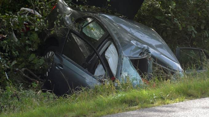 Bilen har kört in i ett träd och hamnat i ett vattenfyllt dike. Foto: Mikael Berglund/NyheterSTO