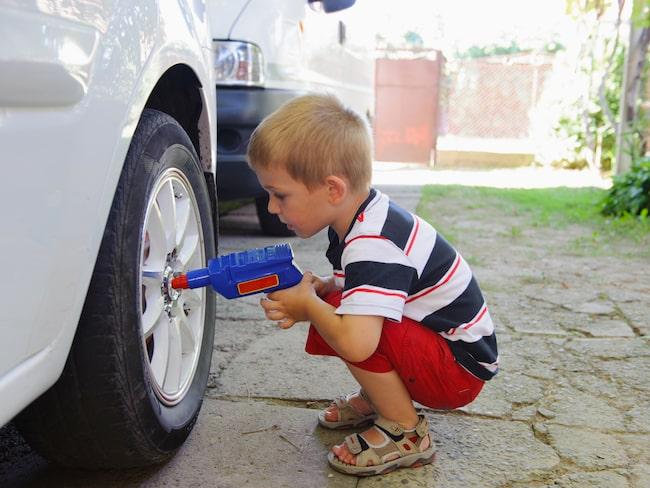 Vill du ändå skifta hjul/byta däck på egen hand – se till att ha rätt utrustning och plant underlag. Och kom igåg att efterdra muttrarna.