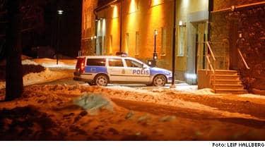 Hit till polishuset i Linköping fördes den gripne mannen i natt. Han är i runt 35 år och psykiskt sjuk. Polisen har gott om bevisning är det rätt man är mördaren fast.