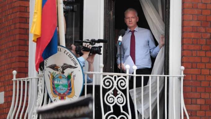 Skulle tingsrätten besluta att häva häktningen upphör den internationella efterlysningen att gälla och då blir Assange fri att lämna ambassaden. Foto: Rosie Hallam