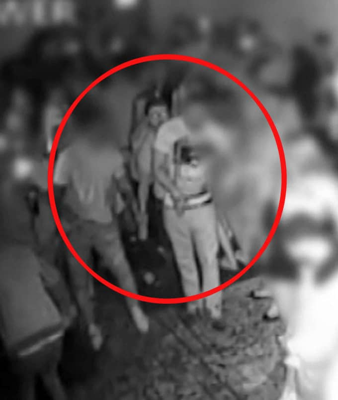 Bilden visar Collins när han kastar syran på nattklubben. Foto: REX/SHUTTERSTOCK / REX/SHUTTERSTOCK/IBL REX FEATURES