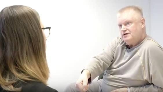 Esa Teittinen intervjuas av Brottscentralens Li Rodziewicz på Norrtäljeanstalten under onsdagen. Foto: Amanda van Tol