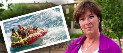 Mona Sahlin berättar om resan till Mallorca där flera svenska kändisar rirade Micael Bindefelds 50-års dag. Jämställdhetsministern Nyamko Sabuni var också där och passade bland annat på att åka gummibåt med sin man Alla Bergqvist.