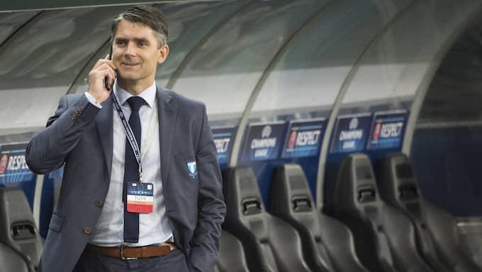 Malmö FF:s vd Niclas Carlnén myser på Redbull Arena i Salzburg. Foto: TOMAS LEPRINCE