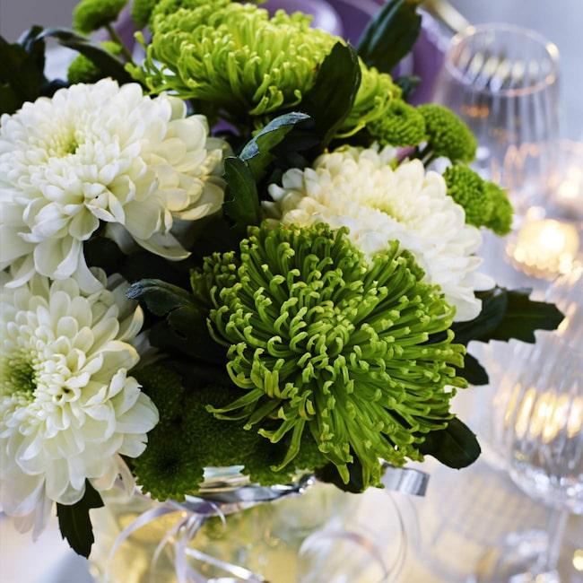 Glöm inte snittblommorna! Här är en enkel bukett med vita och gröna blommor som passar fint till det dukade bordet.