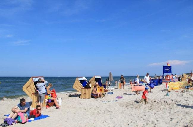 Korgstolarnai Jastarnia (och på de flesta andra stränder i Polen och Tyskland) har fotpall, solskydd, förvarningslåda och ett litet bord för flaskor och glas. Ett fynd för 18 kronor i timmen!
