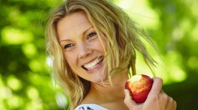 Erica Palmcrantz Aziz fastnade för raw food under ett besök i USA, i dag jobbar hon med att lära ut kosten genom kurser och böcker.