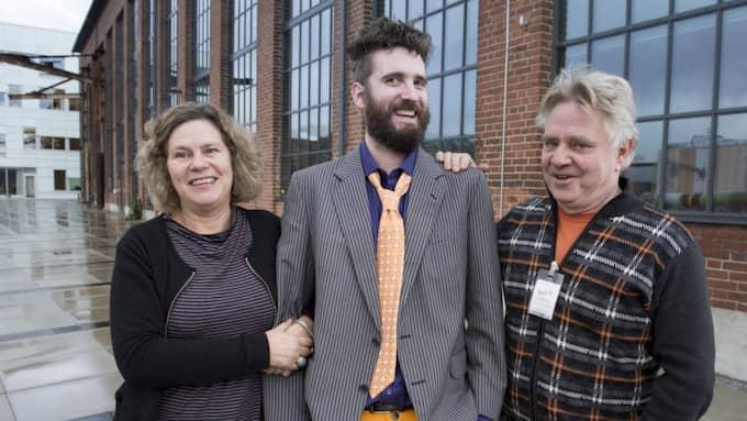 Peter Bengtsson, i mitten, tillsammans med Gunnel Carlson och trädgårdsdesignern Peter Englander från Simrishamn. Foto: Lasse Svensson