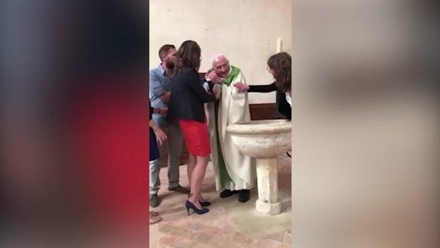 Skandalvideon: Präst slår tvååring under dop