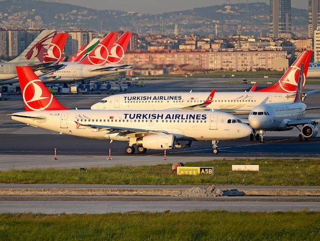 Passagerarna var just på väg att kliva ur planet i Istanbul när de kände hur det skakade till.