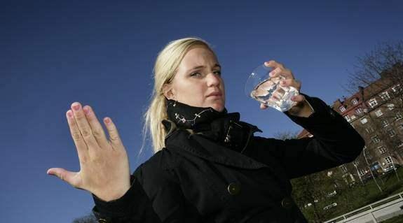 """MISSNÖJD VATTENDRICKARE. Matilda Staflund, 22, från Stockholm, dricker flera liter kranvatten varje dag. """"Uppenbarligen är vattnet inte så bra som man föreställer sig. Det låter rätt äckligt med mediciner i vattnet, men man kan ju inte sluta att dricka vatten."""" Bilden är ett montage. Foto: Huber Martina"""