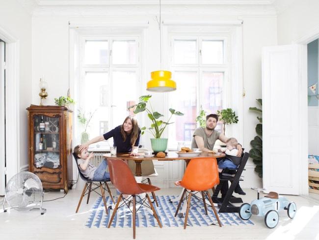 Köksbordet är arvegods. Stolarna är Eames i glasfiber som köpts in i omgångar. Färgerna på stolarna ger mycket karaktär åt rummet. Vitrinskåpet och fotogenlampan ovanpå är också arvegods från Oskars farmors far. Matta, från Lagerhaus