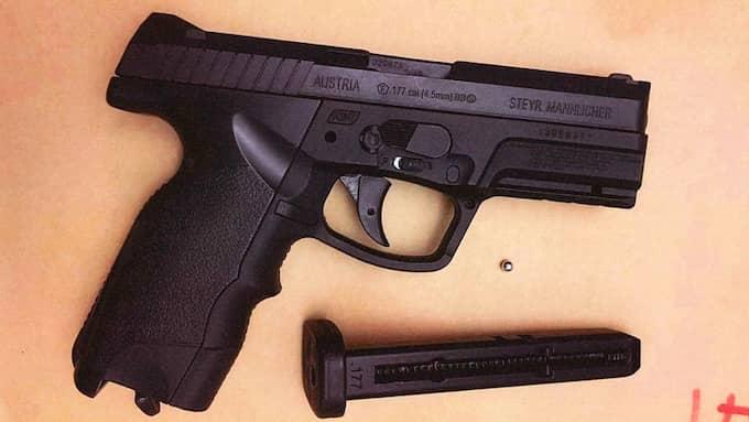 Vid husrannsakan hos paret hittade polisen bland annat ett pistolliknande föremål... Foto: Polisen