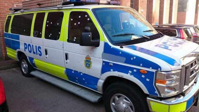 Tekniker hittade 105 hål i polisbussen som utsattes för granatattacken i Tumba.