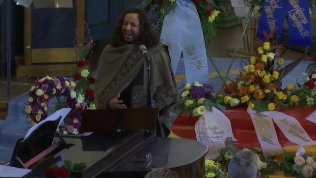 Marcus Brander sjunger på Frank Anderssons begravning