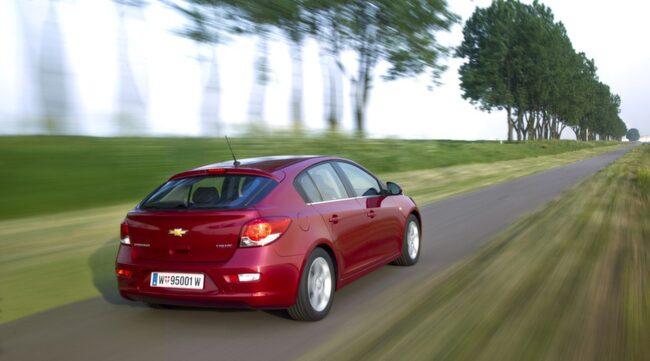 INGEN MILJÖDIESEL. Än så länge släpper Chevrolet Cruze ut mer än miljöbilsgränsen 120 gram koldioxid per kilometer. Inom kort kommer en snålare dieselmotor.
