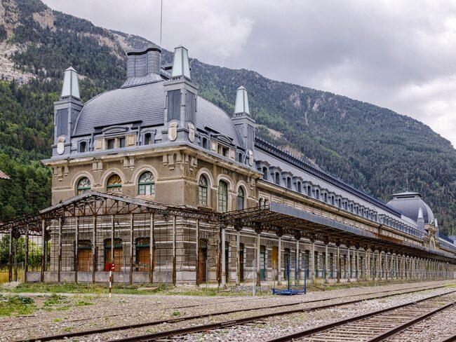 Det handlar om spökstationen Canfranc på gränsen mellan Frankrike och Spanien.