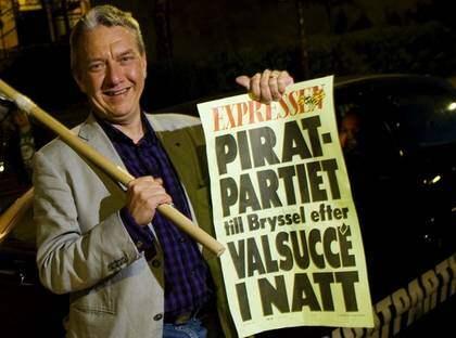 LÖPSEDELSNAMN. Piratpartiets Christer Engström firar segern. Foto: Magnus Jönsson
