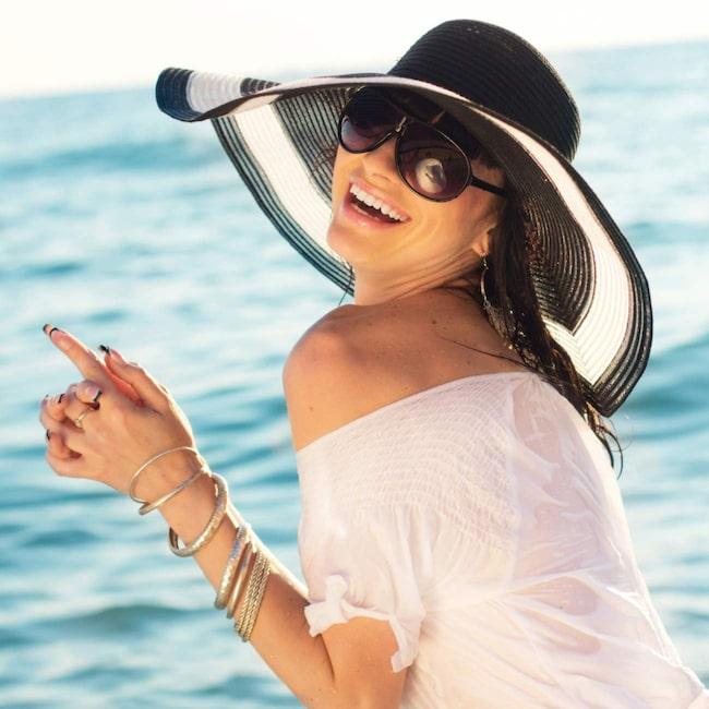 Hur skyddar du ditt hår i solen? Med en snygg hatt kommer du långt.